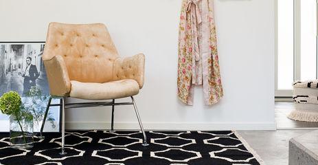 Tapis kilim moderne , noir / gris dans un couloir